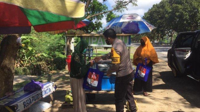 Kapolda Bali Secara Spontan Turun dari Mobil untuk Bagikan Sembako kepada PKL di Pinggir Jalan