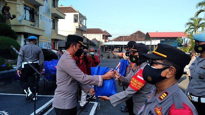 Polres Badung Salurkan Bantuan 5 Ton Beras untuk Warga yang Terdampak PPKM Darurat