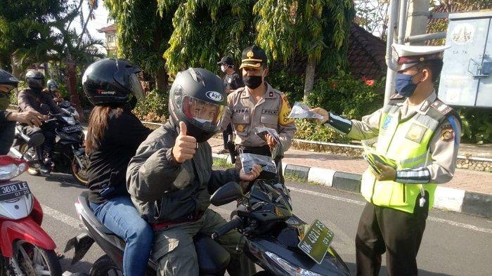 Cegah Covid-19, Kabag Ops Polres Gianyar Bagikan Masker kepada Masyarakat
