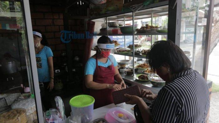 Cegah Penyebaran Covid-19, Karyawan Warung Makan Mbak Fani Gunakan Face Shield