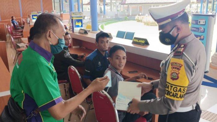 Tim Gabungan Bagikan 5.000 Masker Untuk Pengendara dan Penumpang di Terminal Mengwi Badung