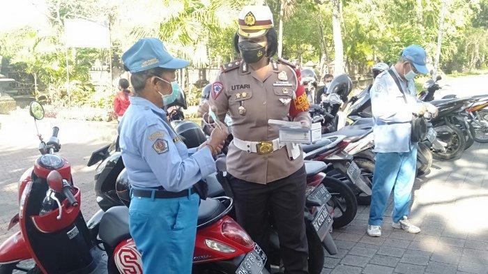 Satlantas Polresta Denpasar Bagikan Masker ke Warga dan Peserta PON Bali