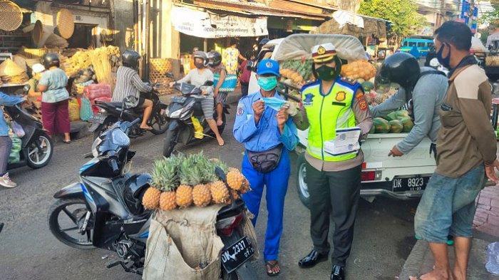 Kasatlantas Denpasar Bagikan Masker ke Pedagang Pasar Kumbasari