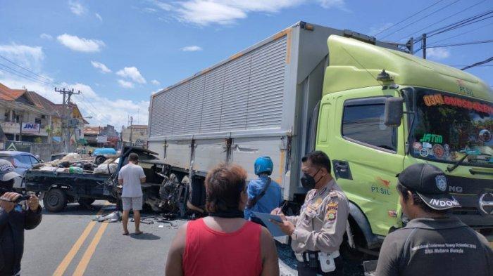 Diduga Terlalu Melampaui Pembatas Jalan, Pick Up Tabrak Truk Box Tronton di Denpasar