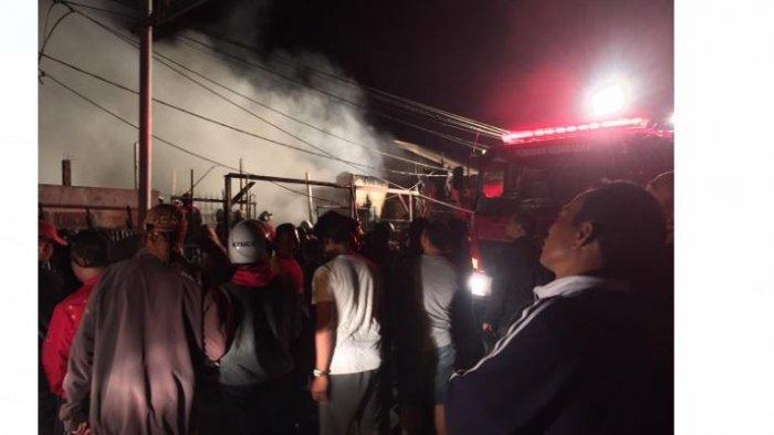BREAKING NEWS: Video Petugas Pemadam Berusaha Keras Padamkan Kebakaran Dekat SPBU di Mengwi
