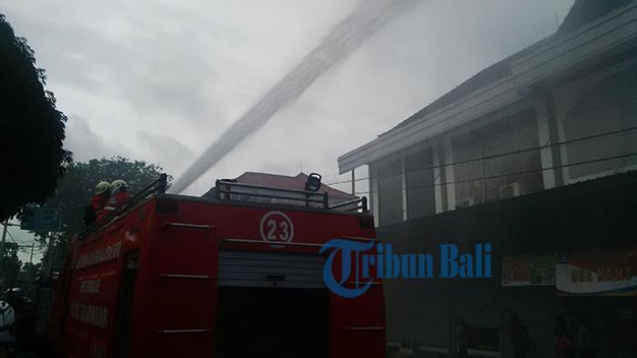 BREAKING NEWS: Kebakaran Hanguskan Kos-kosan dan Rumah di Kenyeri Denpasar