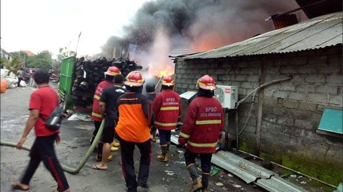 UPDATE: Warga Pingsan Lihat Kamarnya Ludes Terbakar, Musibah Kebakaran Gudang Rongsok di Denpasar