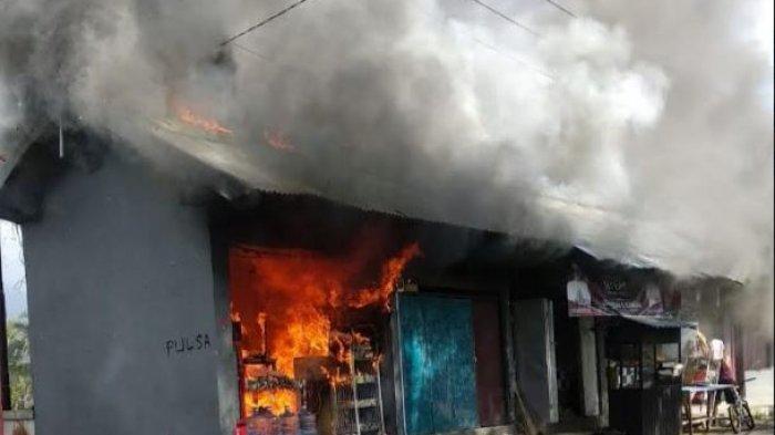Diduga Karena Ada Yang Bermain Korek Api Lima Warung di Desa Sulangai Petang Dilalap Api