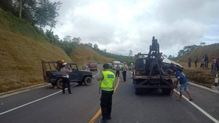 Polisi mengevakuasi mobil yang terlibat kecelakaan di shortcut titik 5-6, wilayah Dusun Amerta Sari, Desa Pegayaman, Kecamatan Sukasada, Buleleng, Bali, pada Rabu 27 Januari 2021.