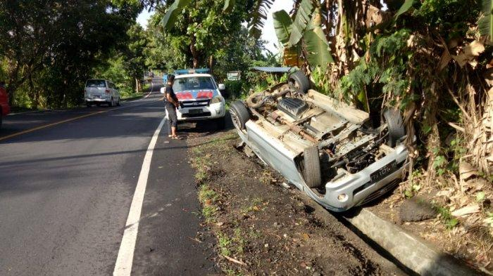 Pecah Ban, Mobil Putih Terbalik di Jalur Tengkorak Denpasar-Gilimanuk Tabanan