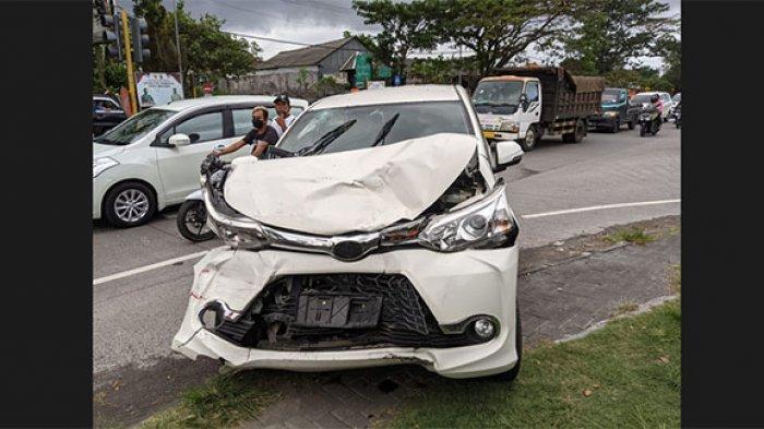 Melaju Oleng, Mobil Avanza Tabrak dari Belakang CRV Merah di Jalan Bypass Ida Bagus Mantra Klungkung