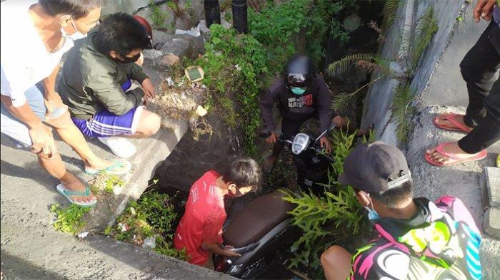 Pengendara Motor Nyemplung ke Selokan di Denpasar, Warga Sebut di Lokasi Sering Terjadi Kecelakaan