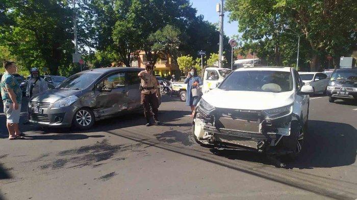 Ngebut, Dua Mobil Saling Tubruk di Simpang Pemuda Renon Denpasar, Alami Kerusakan Ini