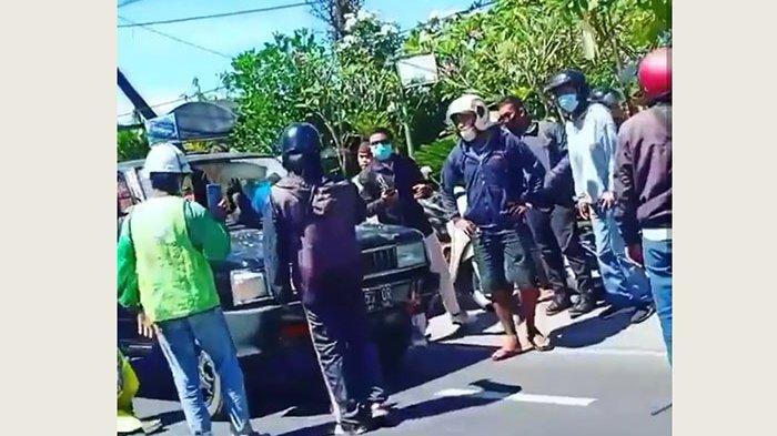 Pria Diduga Tabrakkan Diri ke Mobil, Kecelakaan di Jalan Hang Tuah Denpasar