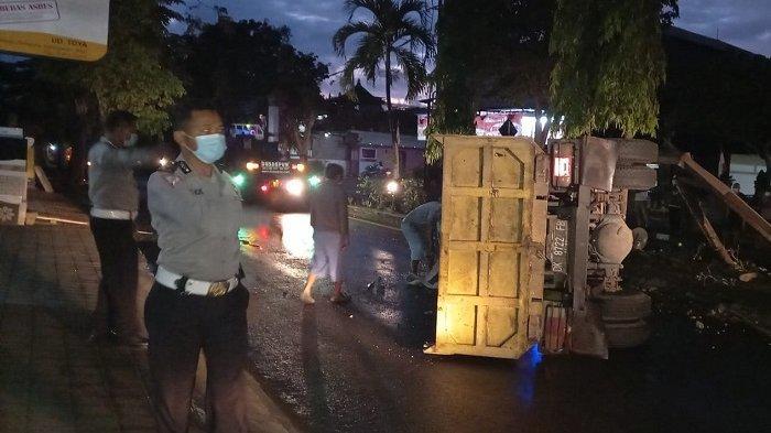 Truk Tanpa Muatan Terguling di Jalan Raya Sudirman Karangasem