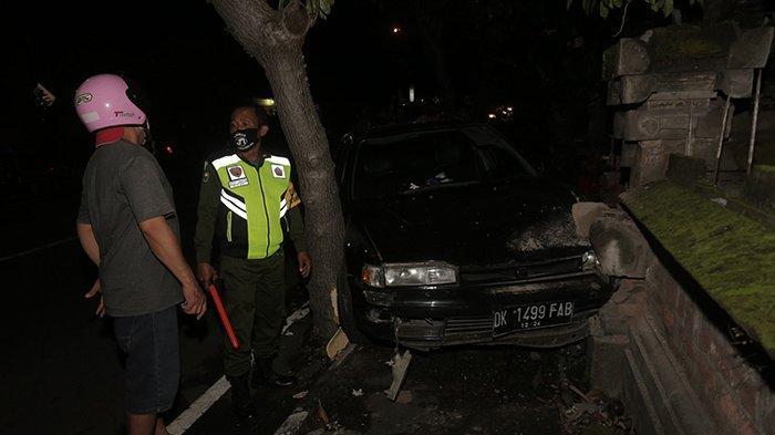 Kecelakaan Tunggal Terjadi di Jalan Hayam Wuruk Denpasar, Mobil Sedan Tabrak Pohon