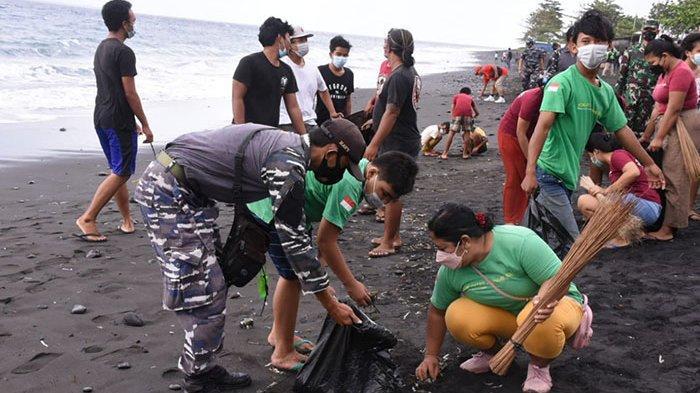 Masyarakat Maritim di Klungkung Dapat Bantuan Sembako dari Lanal Denpasar Sembari Bersihkan Pantai