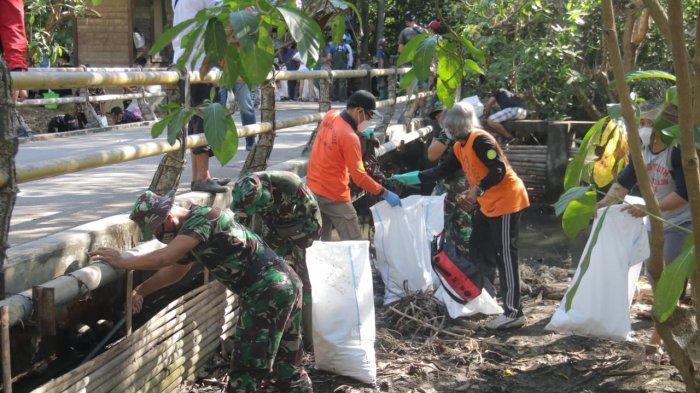 Prihatin Sampah Plastik, Sungai Watch Bersama Kodam IX/Udayana Bersih-Bersih Sungai di Denpasar