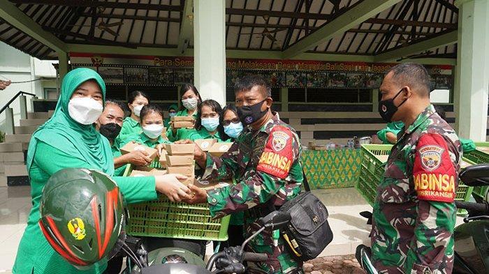 Istri Tentara di Bali Bergerak Bantu Sesama dengan Membagikan Ratusan Nasi Kotak Gratis