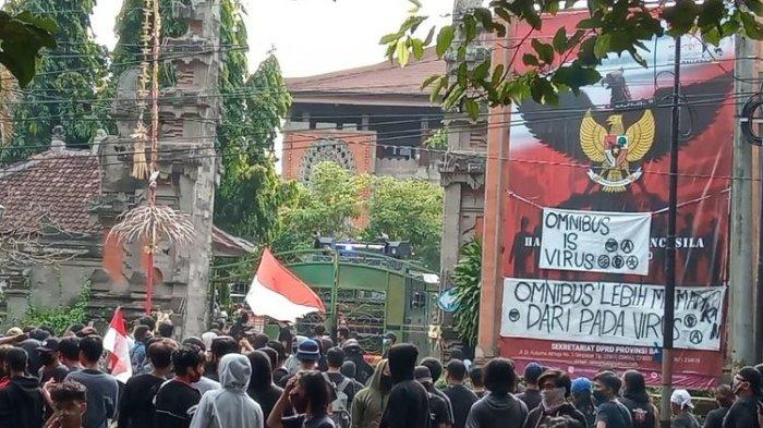 Muncul Pertanyaan, Siapakah Massa Berpakaian Hitam yang Demo di Denpasar, Bandung, dan Palembang?