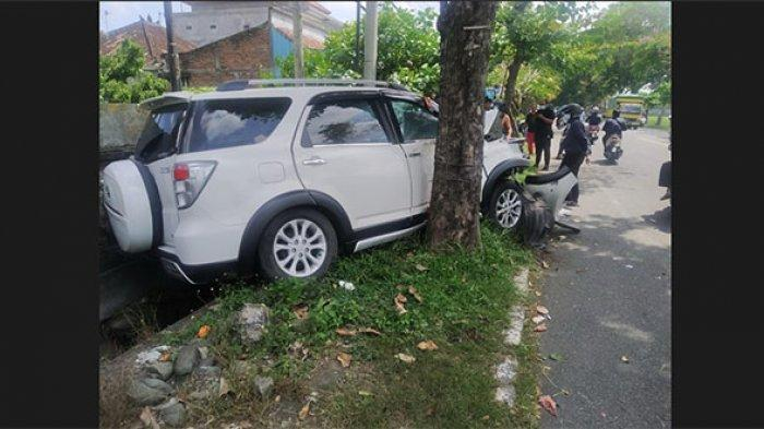 Mobil Terios Tabrak Pohon Hingga Body Depan Ringsek di Jalan Raya Denpasar-Gilimanuk Jembrana