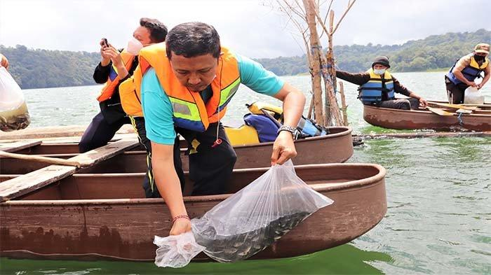 Guna Menjaga Kelestarian Danau, Sebanyak 20 Ribu Benih Ikan Ditebar di Danau Buyan dan Tamblingan