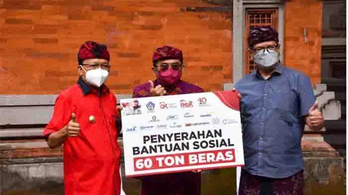Satu Dasawarsa, OJK Bersama Industri Jasa Keuangan di Bali Serahkan Bantuan Beras 60 Ton ke Gubernur
