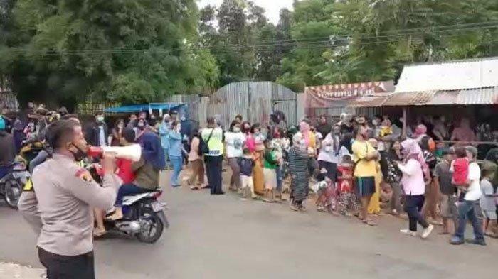 Ibu-ibu Gendong Balita Berkerumun Demi Nonton Syuting Ikatan Cinta di Tengah Pandemi Covid-19