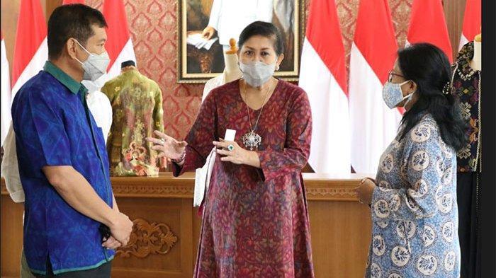 Perancang Busana Asal Paris, Christian Dior Diwajibkan Pakai Kain Endek Para Perajin di Bali
