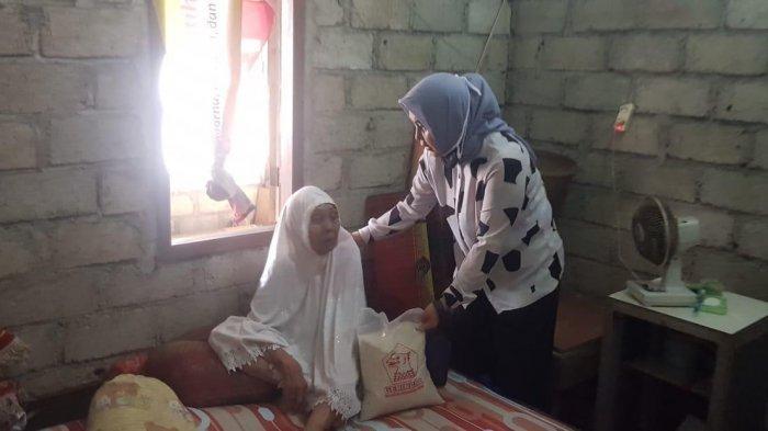 Peduli Warga Terdampak Covid-19, Ketua DPRD Lombok Barat Salurkan Bantuan Sembako