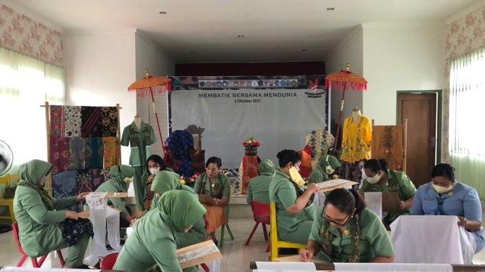 Peringati Hari Batik Nasional, Ketua Persit KCK PD IX/Udayana Ikut Membatik Bersama