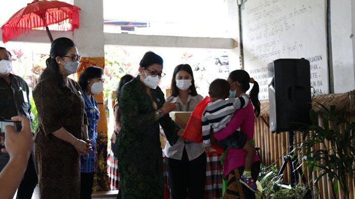 Ny. Rai Wahyuni Sanjaya Dampingi Ny. Putri Koster Memberikan Bantuan Sosial di Kerambitan Tabanan