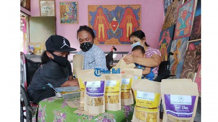 Dampak Pandemi, 3 Seniman Bersaudara Penderita Penyakit Langka di Gianyar Bali Kini Berjualan Kripik
