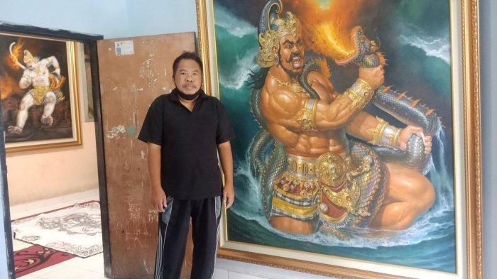 I Ketut Mayun dengan dua hasil karyanya yang dipajang di rumahnya di Desa Penglipuran, Kelurahan Kubu, Bangli, Bali.