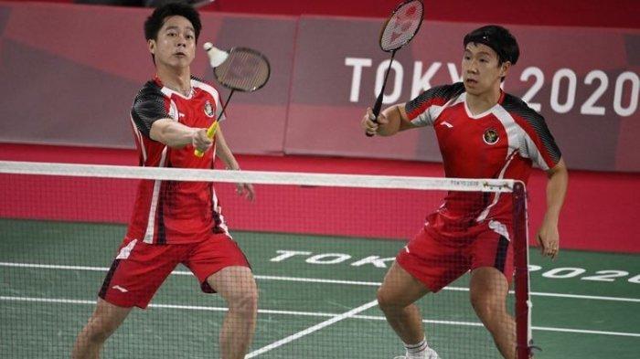 Pasangan ganda putra Indonesia Kevin Sanjaya Sukamuljo (kiri) dan Marcus Fernaldi Gideon bermain lawan wakil Britania Raya Sean Vendy dan Ben Lane di laga fase grup Olimpiade Tokyo 2020, Sabtu, 24 Juli 2021.