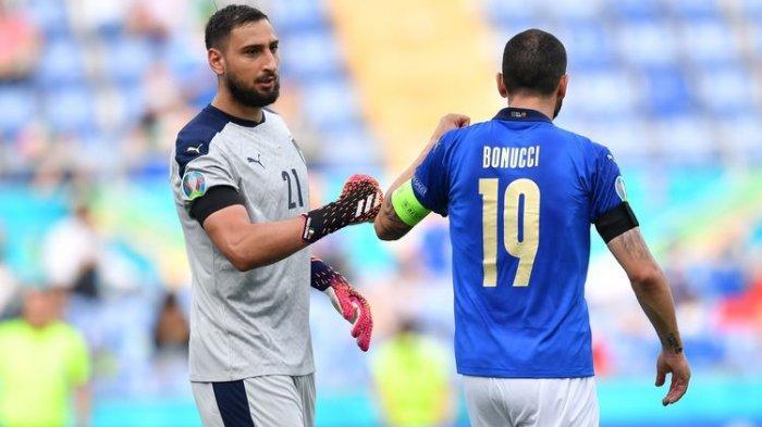 Kiper Italia, Gianluigi Donnarumma dan Leonardo Bonucci saat berlaga membela Italia dalam laga Grup A Euro 2020 kontra Wales di Stadion Olimpico, 20 Juni 2021.