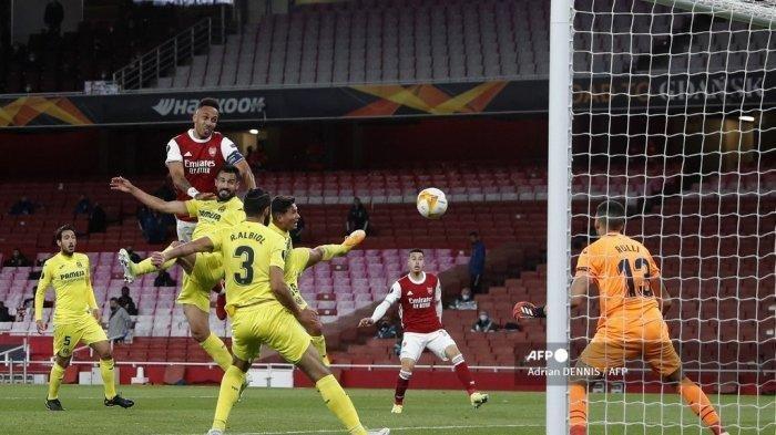 Penjaga gawang Villarreal Argentina Geronimo Rulli (kanan) menyaksikan tembakan dari striker Arsenal asal Gabon Pierre-Emerick Aubameyang (tidak dalam gambar) membentur tiang selama pertandingan sepak bola leg kedua semifinal UEFA Europa League antara Arsenal dan Villarreal di Emirates Stadium di London pada tanggal 6 Mei 2021.