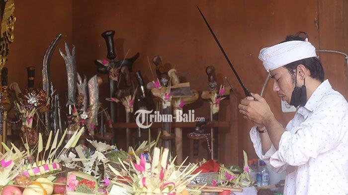 Pande Putu Yuga Wardiana saat melakukan prosesi odalan Tumpek Landep di Pande Keris Urip Wesi Tapa Karya di Gang Pacar, Jalan Ratna, Denpasar, Sabtu 11 September 2021.