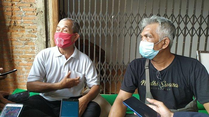 Klian Dinas Banjar Blong Gede (baju putih) dan Klian Adat Blong Gede (baju hitam) saat ditemui Tribun Bali dan awak media di Balai Banjar Blong Gede, Pemecutan Kaja, Denpasar, Bali pada Jumat 5 Februari 2021.