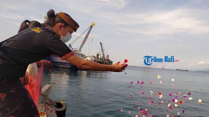 Penghormatan KRI Nanggala 402, Organisasi Masyarakat Tabur Bunga di Pelabuhan Celukan Bawang Bali