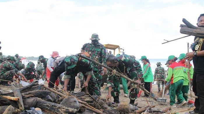 Awali Tahun Baru 2021,Kodam IX/Udayana Bersih-BersihPantai Kuta dari Sampah Kiriman