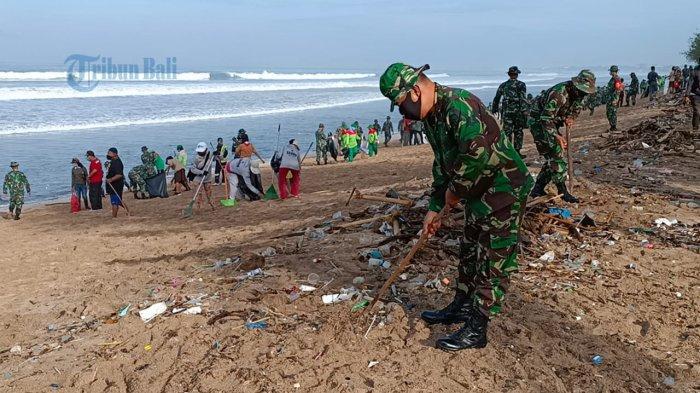 Suasana aksi bersih-bersih Pantai Kuta yang dilakukan Kodam IX/Udayana bersama DLHK Kabupaten Badung dan masyarakat.