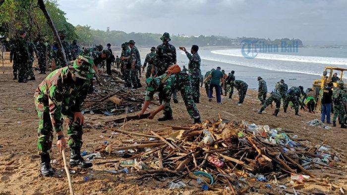 Pantai Kuta Dapat Sampah Kiriman, TNI Bersama DLHK dan Masyarakat Lakukan Aksi Bersih-bersih