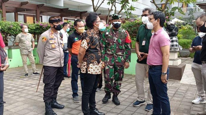 TNI di Bali Salurkan Bantuan Obat Bagi Pasien Covid-19 Isolasi Terpusat di Wisma Bima Badung