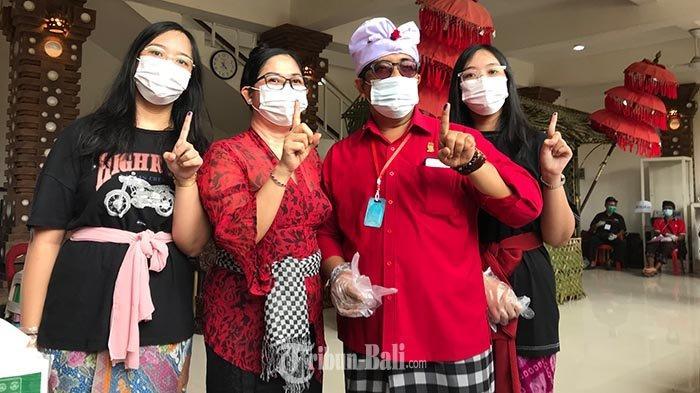 Komang Gede Sanjaya didampingi istri Rai Wahyuni serta dua anaknya, Rabu (9/12/2020).