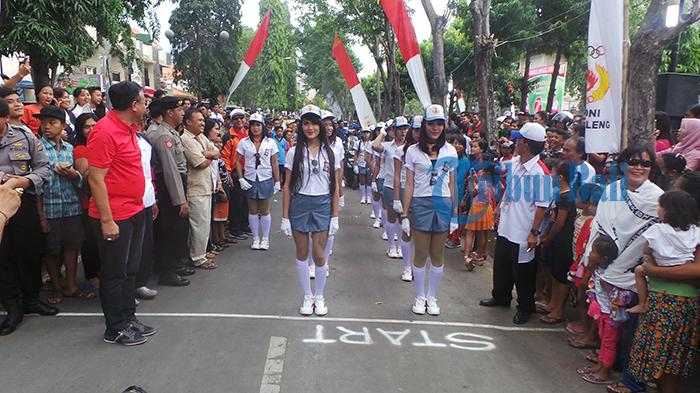 Penonton Histeris `Iiihhh Cantik Bangeeett`, Aksi `SMAN 19 Wargas` Gerak Jalan di Singaraja