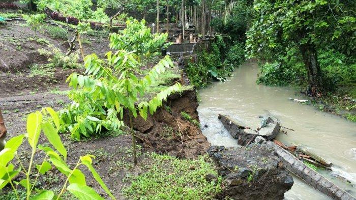 Tembok Penyengker DPRD Tabanan Ambruk Terkikis Air Bah, Tembok Pura Beji 2 Meter di Sebelahnya Aman