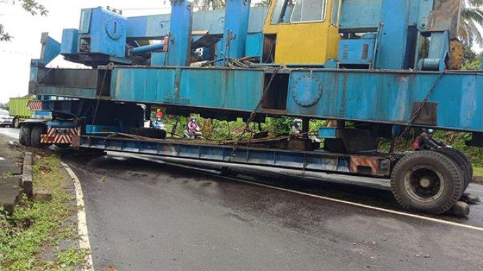 Evakuasi Truk Tronton di Tabanan Tunggu Alat Berat, Truk Bermuatan 40 Ton Tutup Setengah Badan Jalan