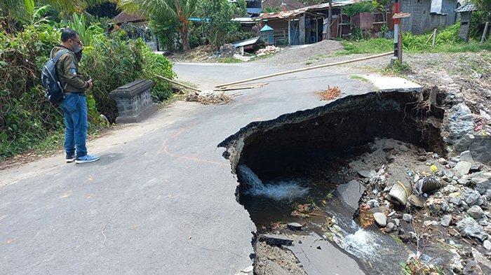 Terkikis Aliran Sungai Saat Hujan Deras, Jalan Pengurai Kemacetan di Desa Gelgel Klungkung Ambrol