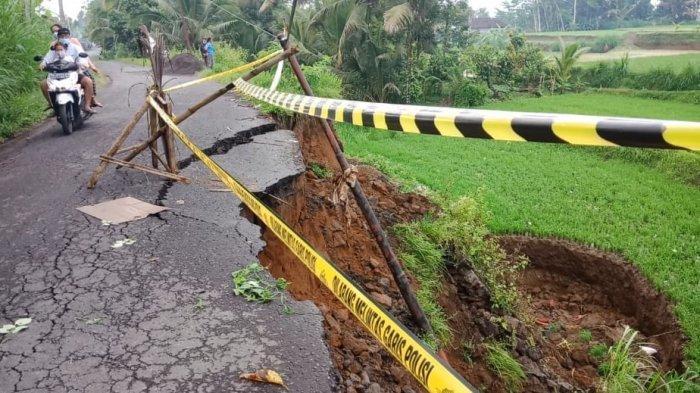 Akibat Hujan Deras Jalur Tembuku - Kintamani Amblas, Rawan Dilintasi Kendaraan Roda Empat